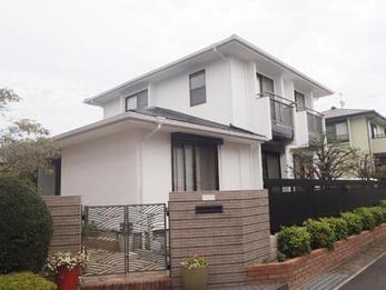 外壁が白、塗り物・屋根などが黒色の統一感のある仕上がりとなり、ご満足いただけました。