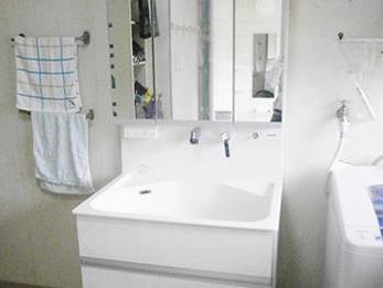 明るいLED証明とスッキリ収納で洗面台が明るくなりました。