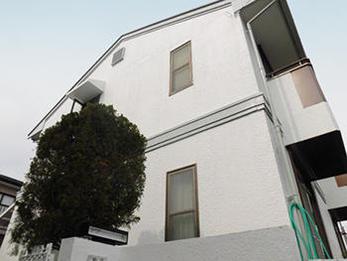 黒ずみがありましたが、塗装で綺麗な白い家に戻りました。