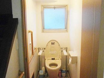 トイレはお母様の体の事を考え、広く、段差もなく、ひじ掛け手摺りで使いやすいトイレになりました。