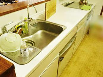 水や傷、熱や衝撃にも強く、ずっとキレイに使えるキッチンになりました。
