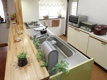 木製のカウンターがお洒落な対面型システムキッチン!