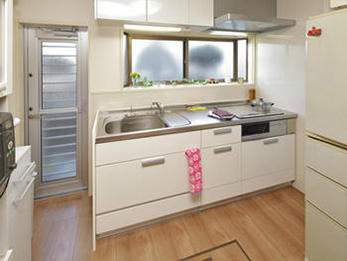 収納力と機能性に優れたキッチンで夫婦仲良く家事を楽しんでいます。