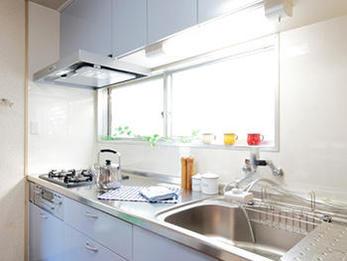 明るく爽やかな雰囲気のキッチン、手入れのしやすさが決め手!