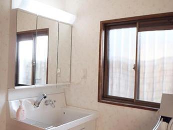 清潔感のある洗面台になりました。鏡の中に収納もでき、安心。