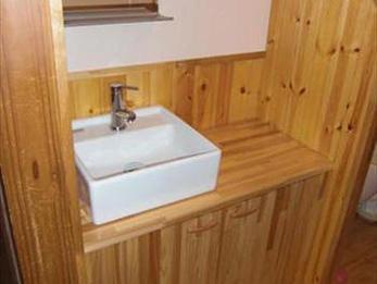 無垢材で手手造りした洗面で、木のぬくもりが感じられます。
