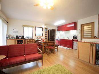 キッチンを壁に寄せ開放的な空間になりました。