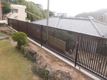 格子の間隔が狭いタイプのフェンスを設置。安全になりました。