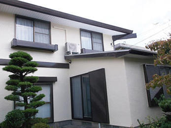 外壁も屋根も、また玄関まで新築の様になり、ご近所からもご好評でよかったです。