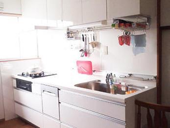 とても明るい雰囲気に変わりました。システムキッチンになり収納が増えました。