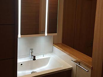 階段下収納スペースを洗面化粧台を置きスペースを有効的に活用させていただきました。