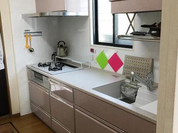 キッチンが古くなったから。 閉ざされた感じがするので明るくしたい!とのご希望でした。