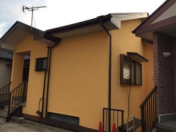 壁色も一新して見違えるようになりました。ガイナは艶消しのため、一見派手に見える色でも落ち着いた仕上がりになります。屋根もピカピカになりました。