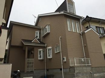 屋根は下地から瓦まで新しく交換し、外壁はひび割れのひどいところをモルタル補修しました。コーキングの打ち替えや樋・軒天等の塗装も行いました。