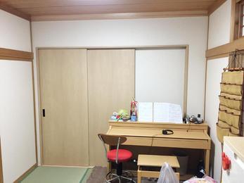 クローゼット内は左側をお布団等が入るよう大きな棚に、右側には小物が収納できるよう可動棚にしました。
