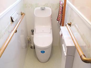 トイレをオート開閉タイプに。 床を解体しバリアフリーに。 壁・天井にパネルを使い汚れがつきにくくしました。