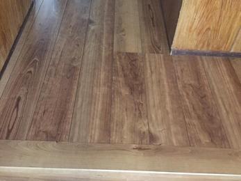 床材は、お掃除・メンテナンスがしやすい床材を貼らせていただき、玄関正面壁を人が通れるように開口しました。 すると、開放感がうまれ玄関スペースも更に明るく人が通りやすくなりました。
