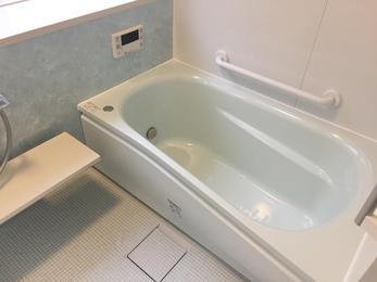 ミラー、棚、シャワーの配置を出窓優先で検討しました。 無理なく便利に使えるよう、メーカーさんとの打合せを重ねました。