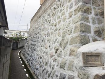 石垣の擁壁部分で悩まれていましたので、足場を架けて左官さんにきれいにいていただきました。