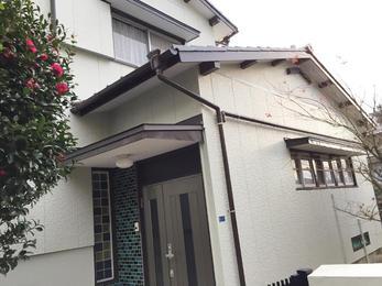 ひび割れ箇所はコーキング処理したう上で塗装致しました。 庇の板金は雨漏りを防ぐ為にカバー工法で施工致しました。