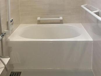 タイルがヒヤッとしない、清潔感のあるゆったりとした浴室に大変身(^^)