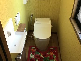 白の壁紙を基調としたトイレ空間が、明るいすっきりとしたトイレ空間に!!白の壁紙を基調としたトイレ空間が、明るいすっきりとしたトイレ空間に!!