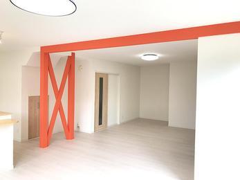 大胆に使用したオレンジの色の壁紙が素敵です!