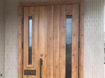 玄関ドアをモダンな造りに一新!通風タイプで使い勝手も◎
