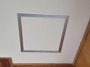 天井に点検口を作りました。
